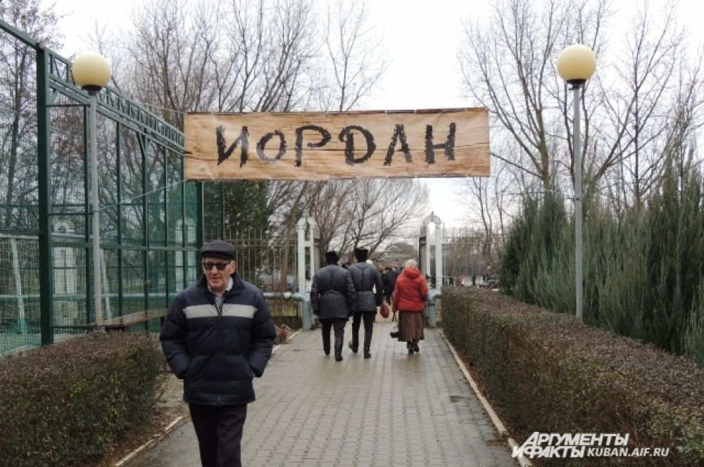 В двух шагах от храма протекает Кубань, где оборудуют «иордани».