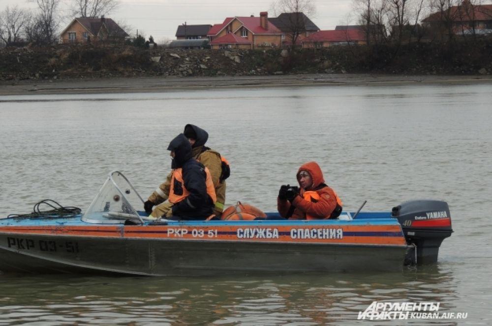 На всякий случай рядом дежурил катер службы спасения.