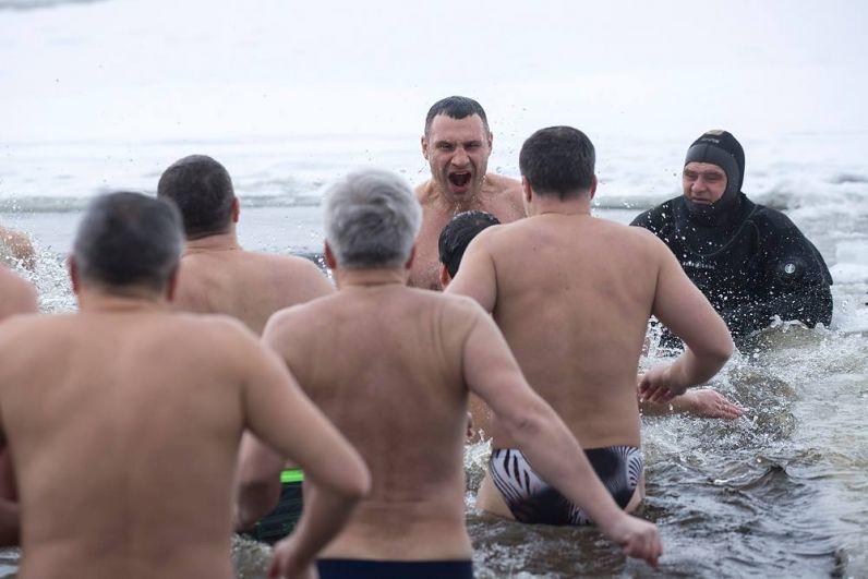 Мэр Киева Виталий Кличко окунулся вместе с главами районов и заместителями в парке «Наталка». Кличко отметил, что это не была принудительная акция: «Это было предложение с моей стороны. Такое, знаете, сплочение и закаливание команды».