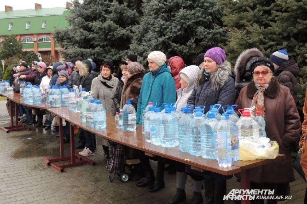 Верующие принесли с собой очень много пластиковой тары для святой воды.
