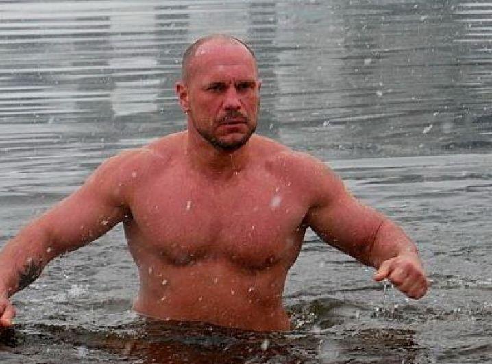 Советник МВД Илья Кива также окунулся в холодную воду.