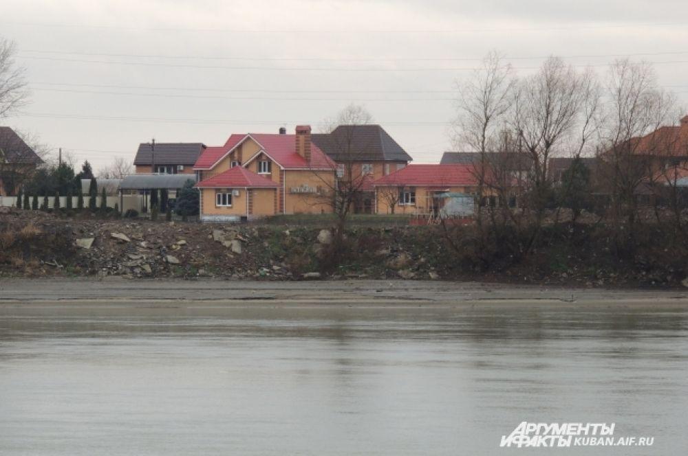По другую стороны реки Кубань было безлюдно.