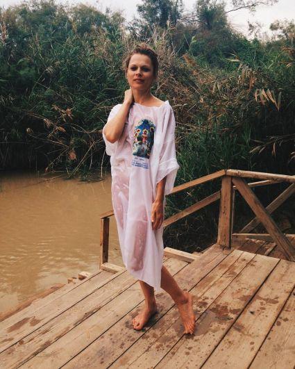 Скромная Ольга Фреймут искупалась в речке Иордан.