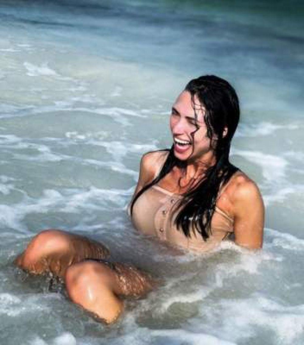 Вика из НеАнгелов отдыхает в Кении. Певица поздравила всех с праздником, купаясь в теплой водичке: Жаль, что поблизости нет проруби. Но я все равно погружаюсь в воду! С Крещением, мои дорогие!!! Любви нам и счастья