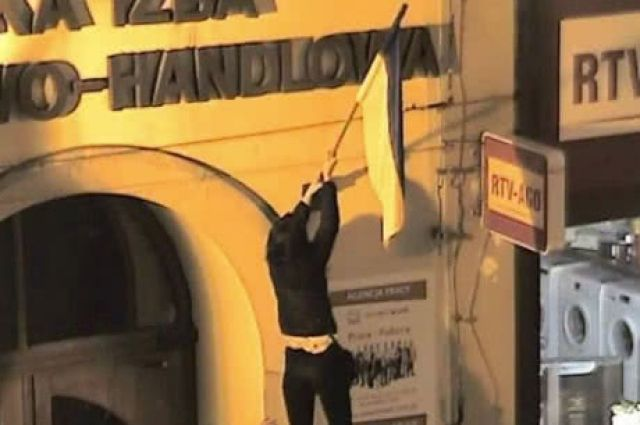 Штраф за растоптанный украинский флаг: в Польше наказали злоумышленников