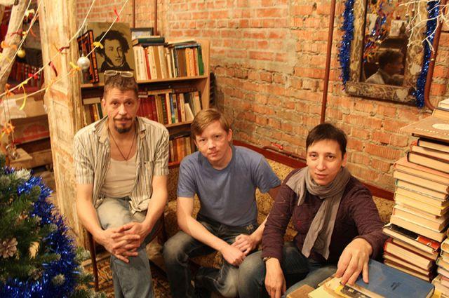 Дмитрий Аксёнов (слева) в театре с товарищами, спасающими книги от забвения.