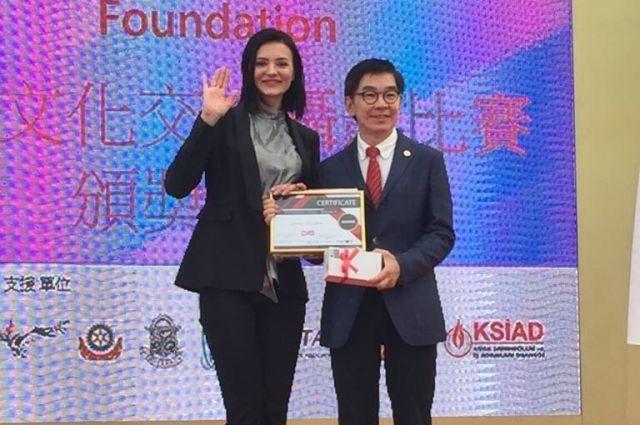 Диплом победителя и подарок Анна Жарких получала в Гонконге.