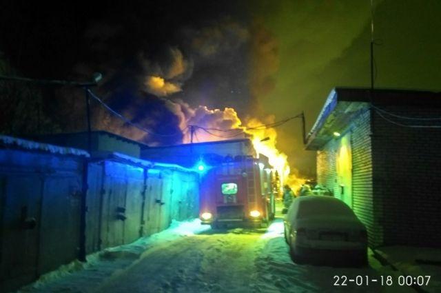 Практически 100 машин пострадали вовремя пожара вавтосервисе Петербурга