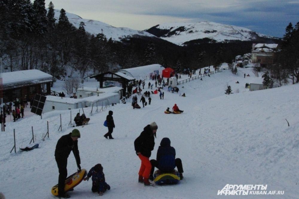 Туристы развлекались не только тем, что наблюдали за гонками, но и катались на санках.