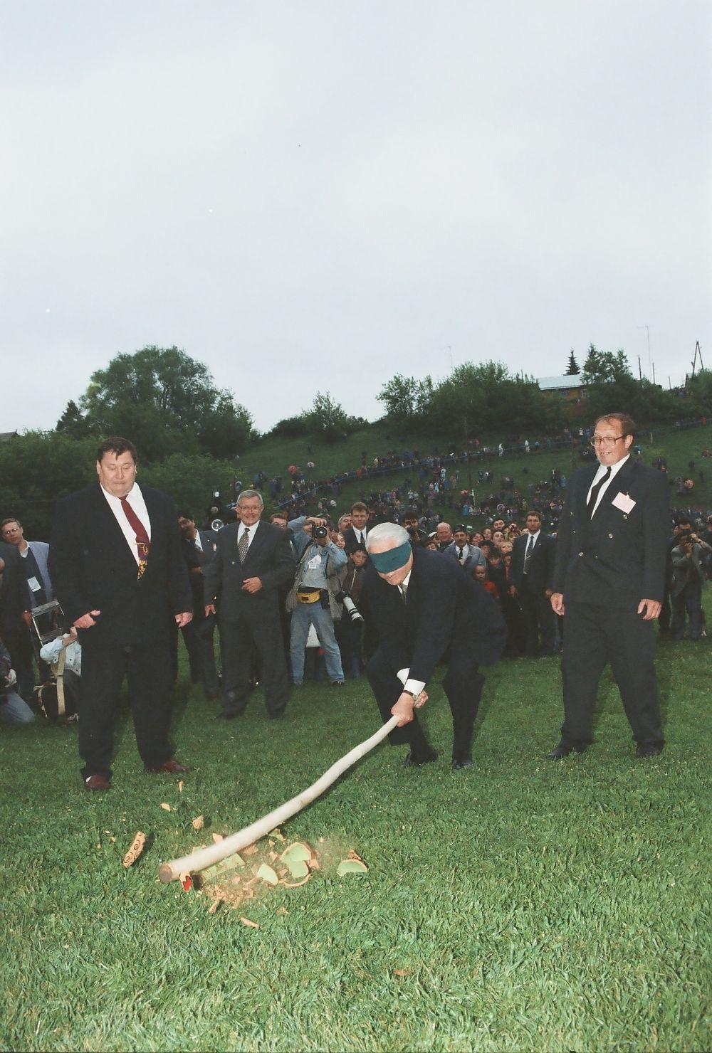 Один из самых известных снимков Козловского - Борис Ельцин в 90-х побывал на Сабантуе и участвовал в конкурсе разбивания глиняного горшка.
