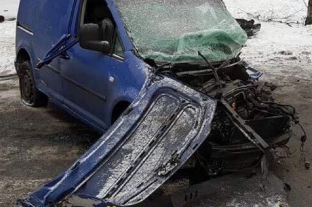 ВКиеве Фольксваген наскорости влетел встолб: водителя вырезали изавто