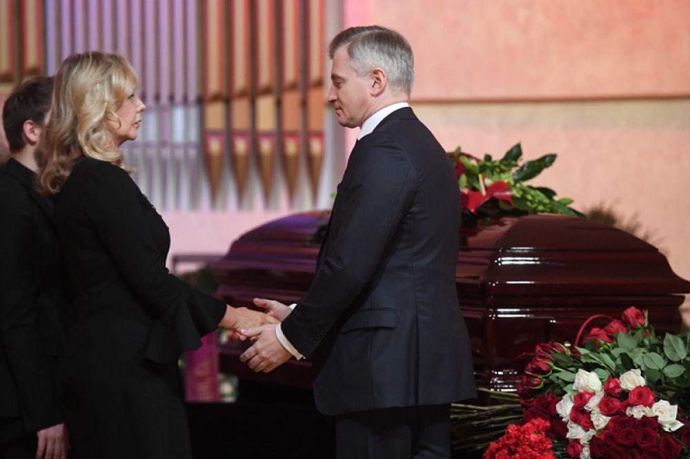 Руководитель департамента культуры города Москвы Александр Кибовский и вдова композитора Светлана Шаинская.