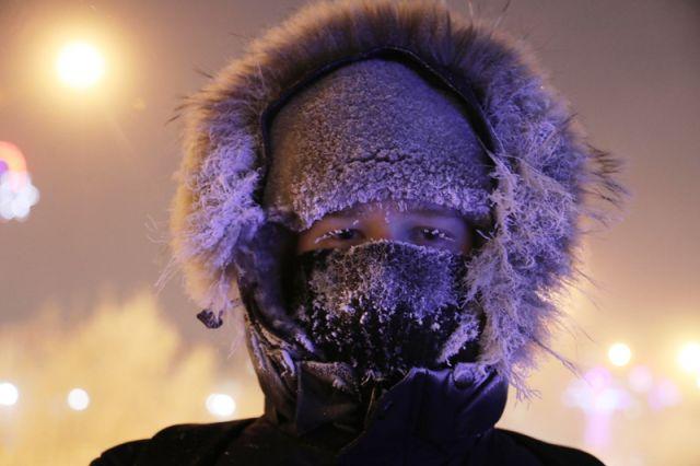 Молодой человек на одной из улиц Норильска. Столбик термометра опустился до отметки минус 42 градуса по Цельсию.
