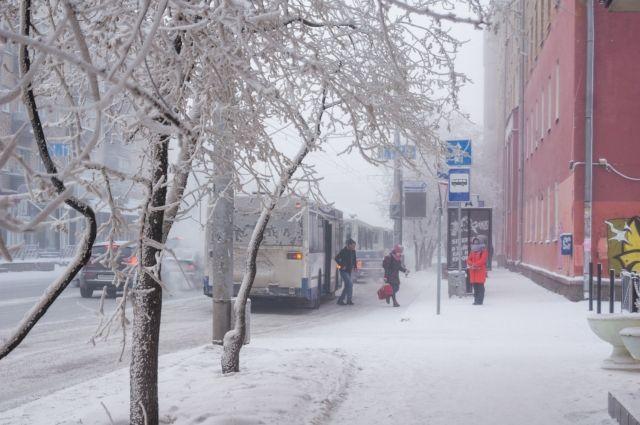 Пассажиры жалуются, что автобусы ходят редко.