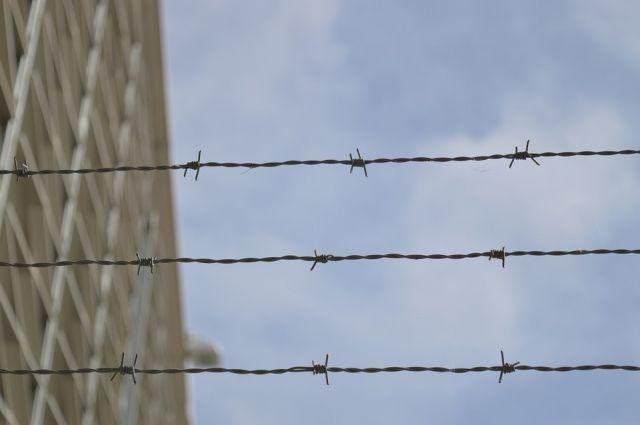 В Тюмени задержан мужчина: он хотел перекинуть через забор тюрьмы наркотики