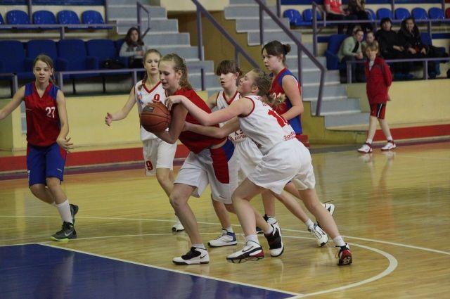 В баскетбольных секциях дети занимаются на бюджетной основе.