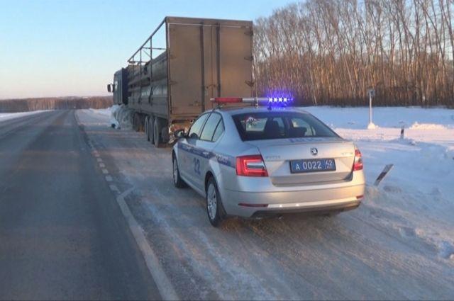Сотрудники ГИБДД и МЧС оказывают помощь водителям на трассах.