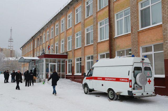 Автомобиль скорой помощи у школы № 127 в Перми.