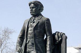 Памятник великому русскому художнику Василию Ивановичу Сурикову на Пречистенке в Москве.