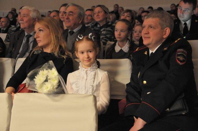Юная художница и её родители.