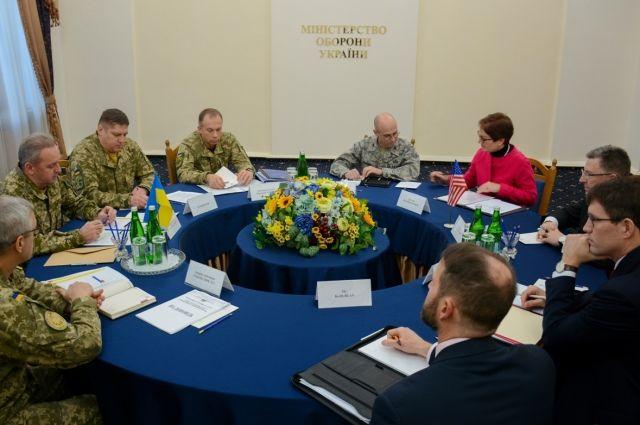 Начальник Генштаба обсудил ситуацию в АТО с представителем США Волкером