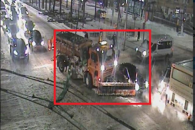 Утром вцентре Перми столкнулись снегоуборочная машина илегковушка