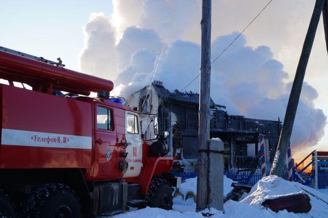 По предварительным данным, двухэтажный дом многодетной семьи полыхнул из-за взрыва газа.