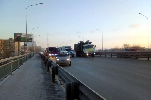 В Тюмени на Пермяковском мосту образовалась пробка