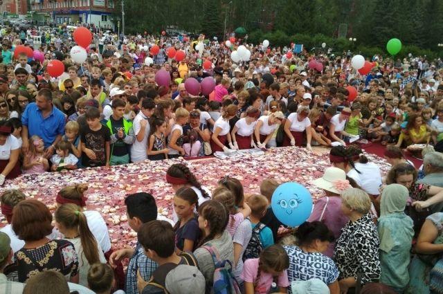 Сластёны со всего Кузбасса приехали попробовать 15-метровый пирог с вишней.