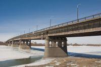 Возле Ленинградского моста образовалась большая полынья.