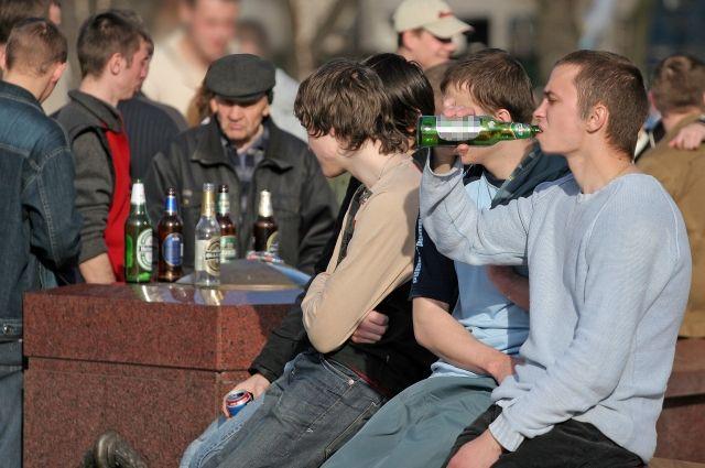 Один несовершеннолетних несколько раз бегал в соседний магазин, откуда крал алкоголь.