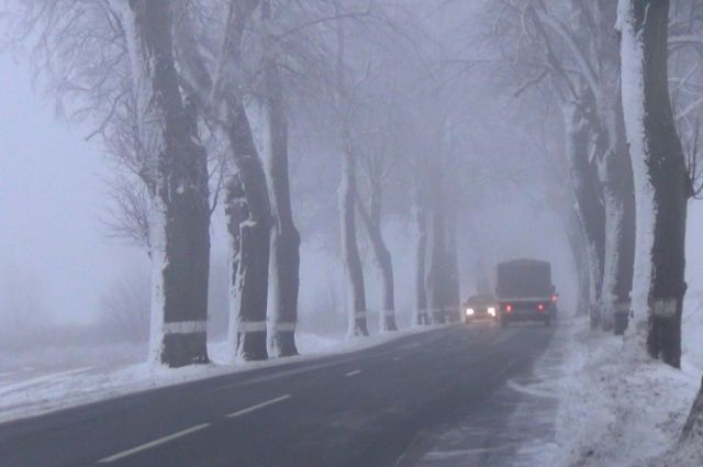 Калининградские автомобилисты жалуются на обледенелые дороги.