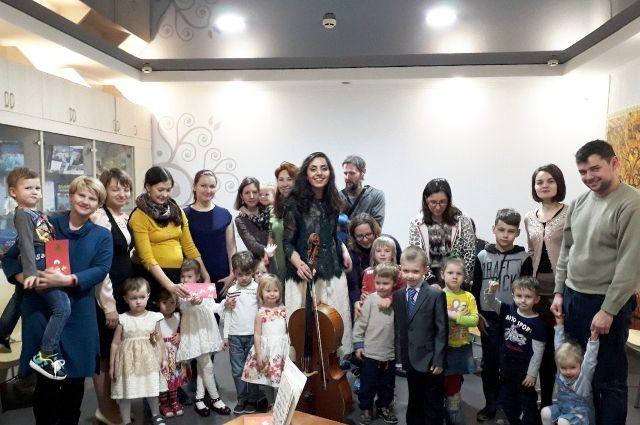 Под звуки виолончели тюменцы путешествовали по страницам книг о Рождестве