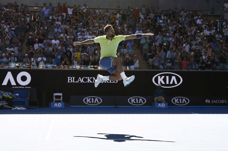 Французский теннисист Жо-Вильфрид Тсонга из Франции отмечает победу в матче против Дениса Шаповалова из Канады.