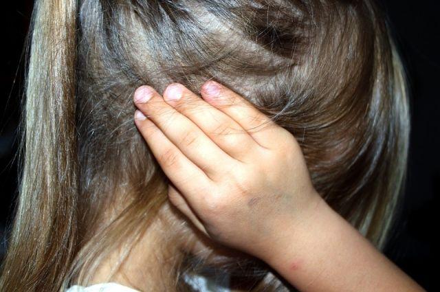 Выбежавшая из комнаты девочка сообщила о случившемся маме.