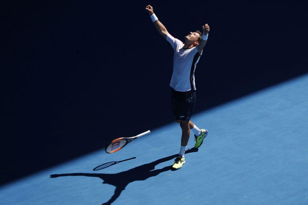 Испанский теннисист Пабло Карреньо Буста празднует победу над Жилем Мюллером из Люксембурга.
