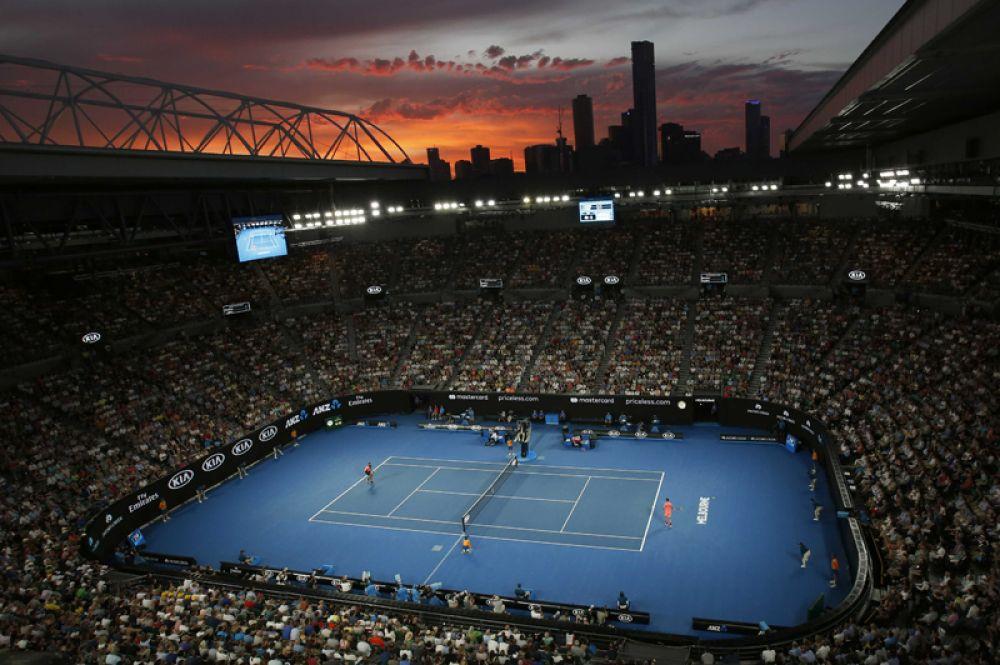 Закат над Мельбурном во время матча между Ником Кирьосом из Австралии и Григором Димитровым из Болгарии.