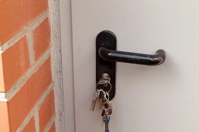 Через два месяца квартиру должны были переоформить обратно. Однако недвижимость хозяйке так и не вернули. Напротив, новый владелец стал требовать её выселения.