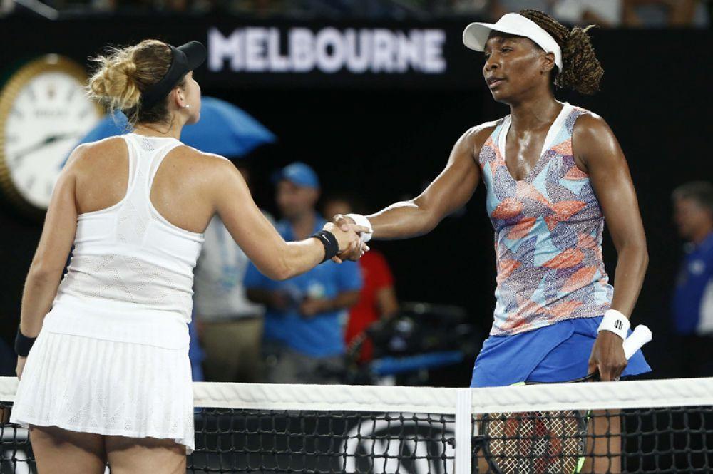 Теннисистки Винус Уильямс из США в Белинда Бенчич из Швейцарии после окончания матча.
