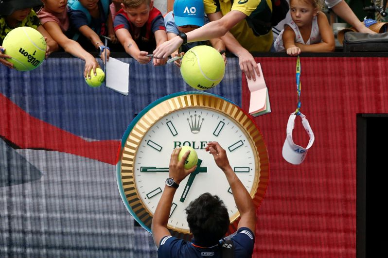 Южнокорейский теннисист Чон Хён раздает автографы после победы над Александром Зверевым из Германии.