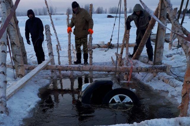 10 января на несанкционированной переправе под Усинском провалился под лёд внедорожник Toyota Land Cruiser.