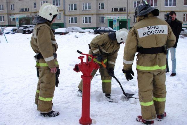 Пожарный гидрант замерз от низких температур.