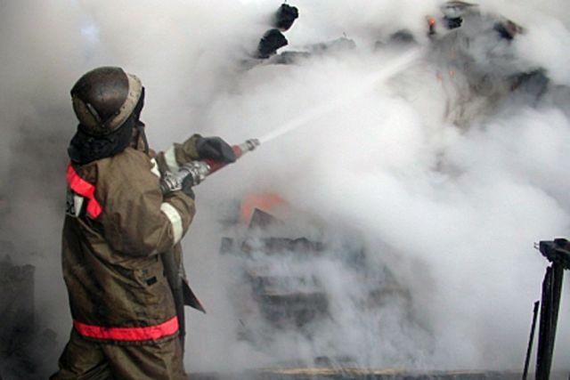 Спецтехнику тушили пожарные.