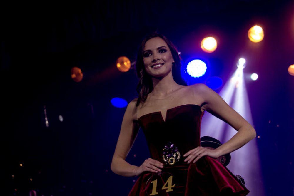 Забегая вперед скажем, что победительнице конкурса Камилле Хусаиновой достался вопрос от Артура Пирожкова (Александр Ревва). Он поинтересовался, какими качествами должен обладать идеальный мужчина.