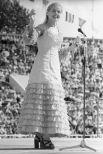 Людмила Сенчина выступает на фестивале искусств «Белые ночи» в Ленинграде. 1974 год.