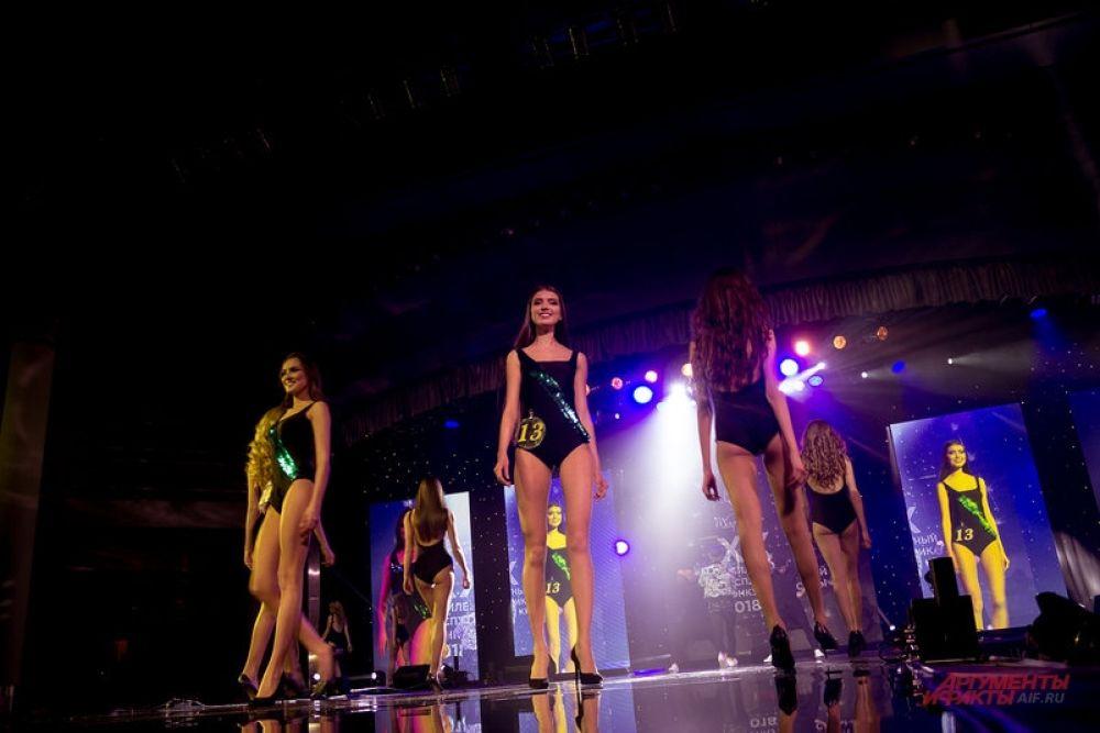 После конкурса купальников жюри отобрало 10 финалисток.