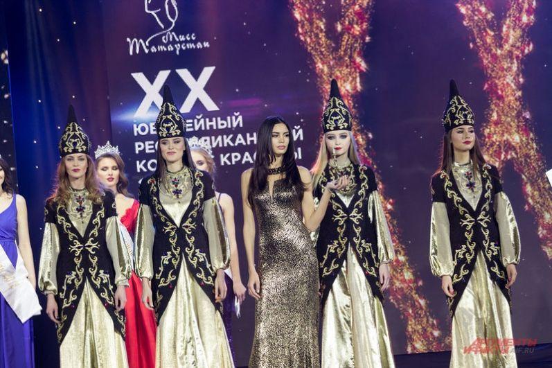 К юбелею конкурса организаторы подготовили для гостей много сюрпризов, главным из которых стал выход всех 20 девушек, побеждавших в конкурсе с 1998 года.
