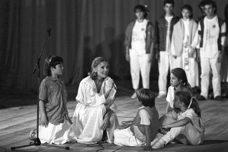 Заслуженная артистка РСФСР Людмила Сенчина исполняеть роль доброй феи в советско-американском детском мюзикле «Дитя мира». 1986 год.