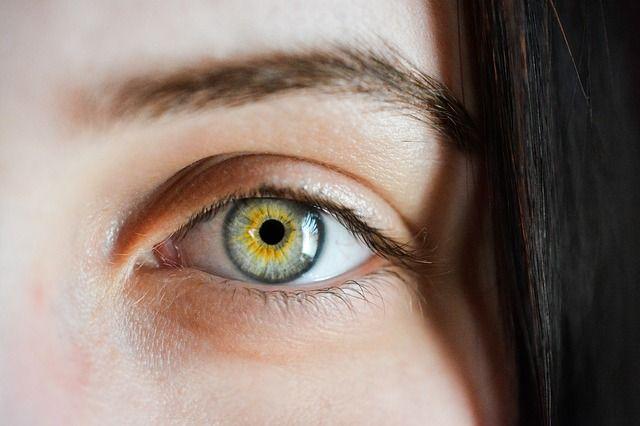 Следить за здоровьем глаз необходимо с молодого возраста.
