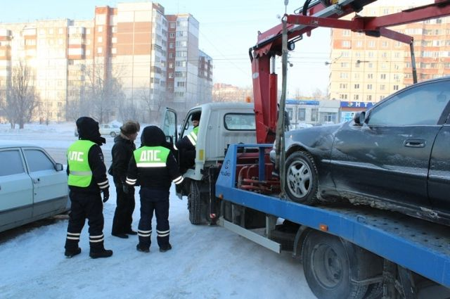 Автомобиль мужчины, застрявшего в мороз на одной из улиц города, транспортировали до автосервиса